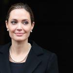 Angelina Jolie çocuklarıyla suşi yerken görüntülendi