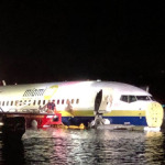 Boeing 737 uçağı ABD'de pistten çıkarak nehre sürüklendi