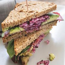 Pastırmalı Avokadolu Sandviç