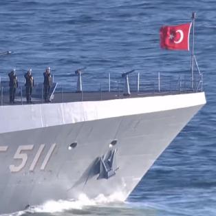 Savaş gemilerimiz Çanakkale Boğazı'ndan geçti