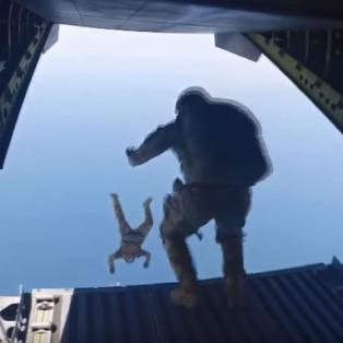 Türk Silahlı Kuvvetleri'nin serbest paraşüt atlayışı fark yarattı