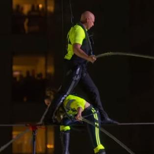 İp cambazı kardeşlerden Times Meydanı'nda korkutan gösteri