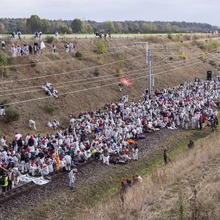 Alman 'iklim aktivistleri' kömür madenini işgal etti