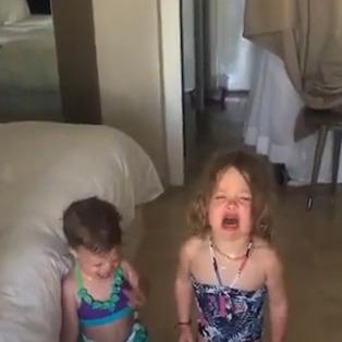 Çocuklarının ağlamasını muhteşem bir stratejiyle bitiren baba