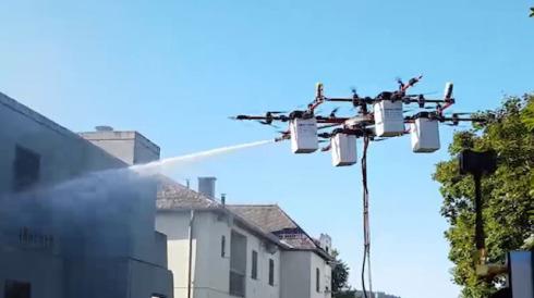 Yeni nesil 'drone'lar yangın söndürüyor