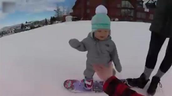 14 aylık bebeğin snowboard keyfi görülmeye değer