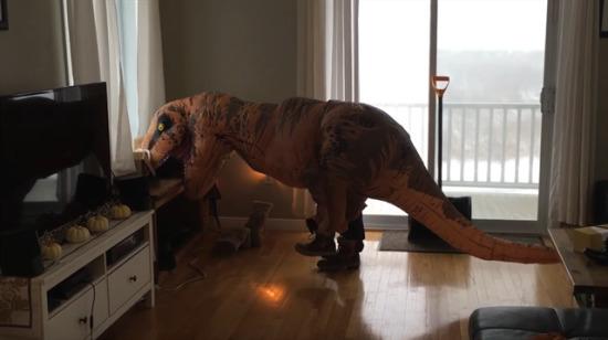 Botlarını giyip balkona çıkan T-Rex karları temizleyebilecek mi?