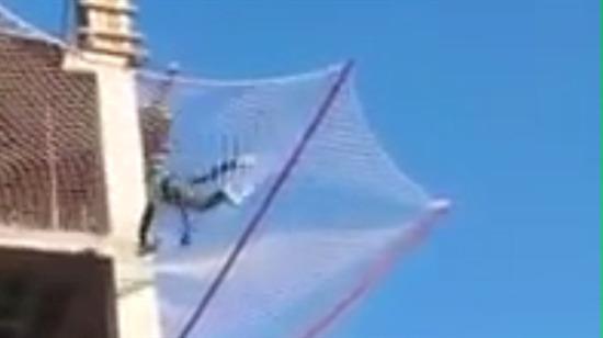Güvenlik filesini test etmek için metrelerce yükseklikten atlayan işçi