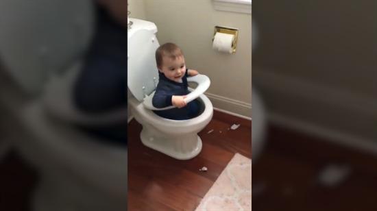 Oyun oynamak için çok farklı bir 'yer' seçen bebek!