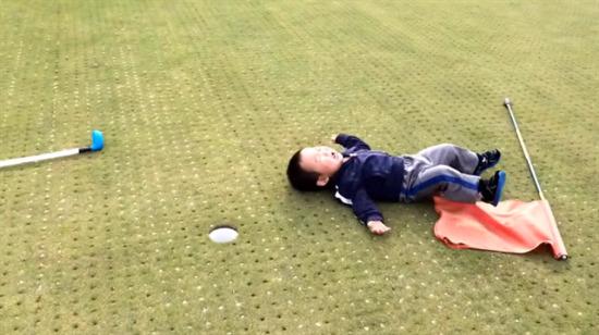 Golf oynarken sinirlenen küçük çocuk!