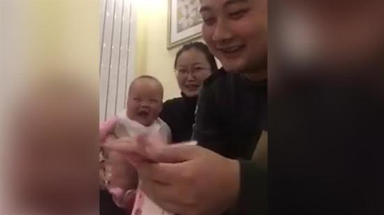 Babası para sayarken gülen bebek böyle görüntülendi