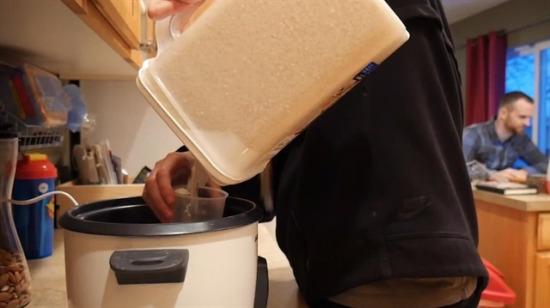 Bir bardak yerine bir kilo pirinç döktü