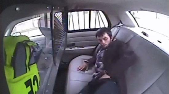 Çakmakla polis arabasından kaçan adam