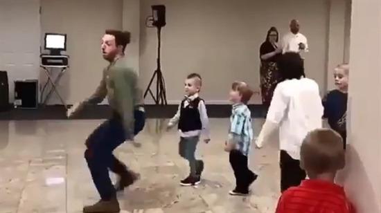 Çocukları pistten alalım lütfen