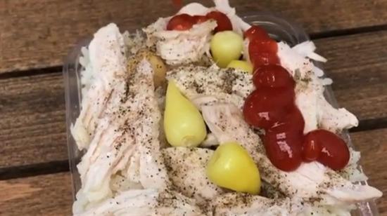 Tavuklu nohutlu pilav üzerinde ketçap yanında da tombul biber turşusu