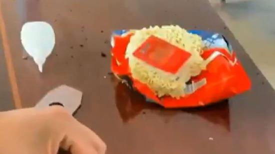 Yanmış bir masayı noodle kullanarak tamir etmek