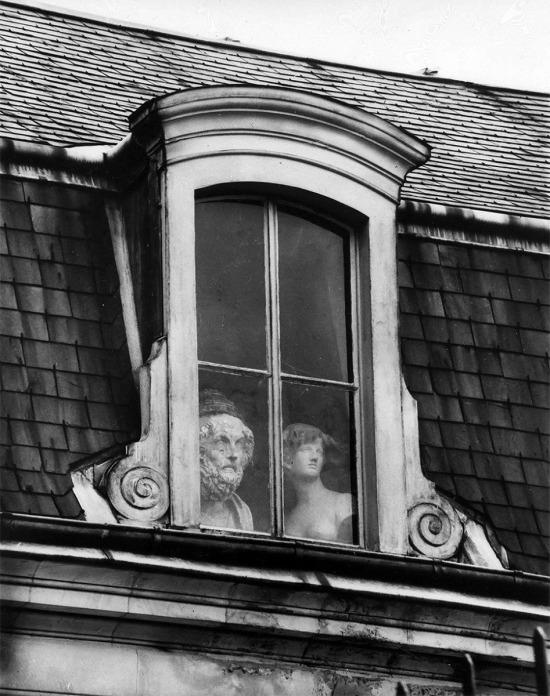 Camdan bakan heykeller, 1928