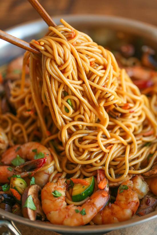 Çin mutfağından karidesli noodle