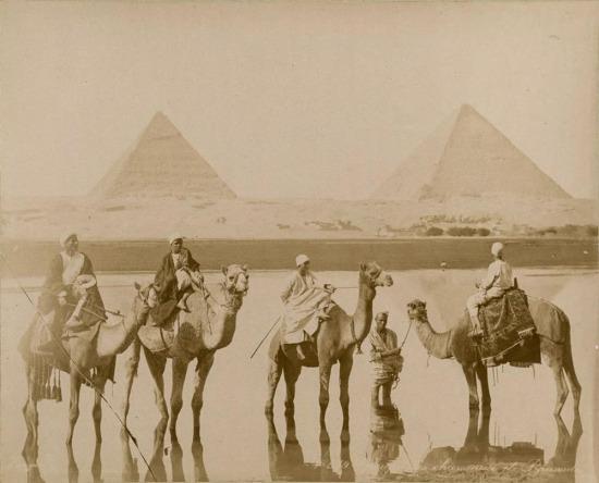 Piramitlerin yanında deve binen insanlar. 1860 yılı, Mısır