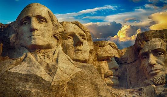 Dört farklı Amerika Başkanının silüeti, Rushmore Dağı Anıtı