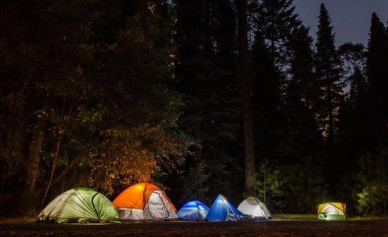 Geceyi aydınlatan kamp ışıkları