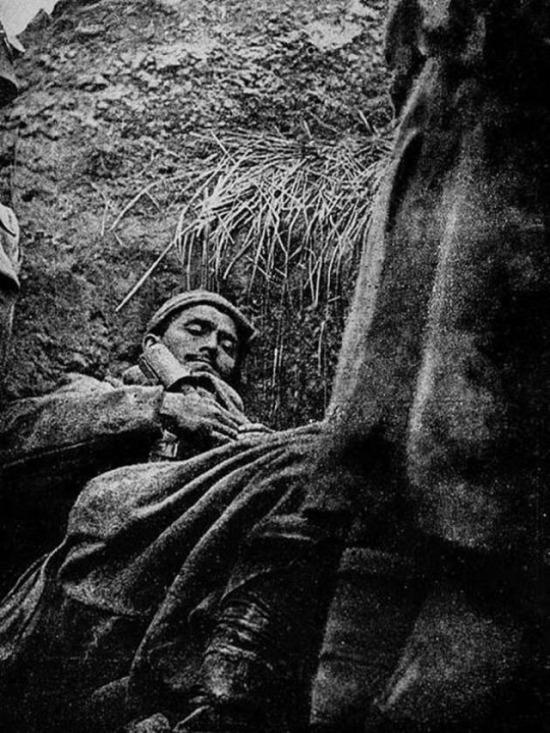 1. Dünya Savaşı esnasında siperde uyuyan bir Türk askeri