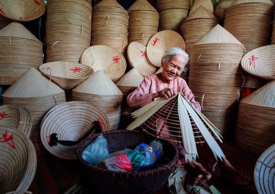 Vietnam'da palmiyeden şapkalar üreten emekçi kadın...