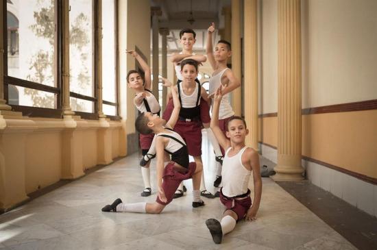 Dünyanın en büyük dans okulu Küba Bale Okulu koridorunda poz veren çocuk dansçılar