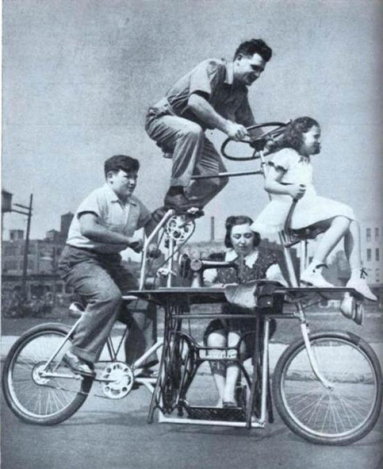 1939 yılından dört kişilik aile bisikleti, dikiş makinesi başında anne de dahil...