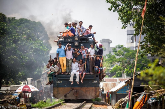 Bangladeş'te zorlu yolculuk şartları