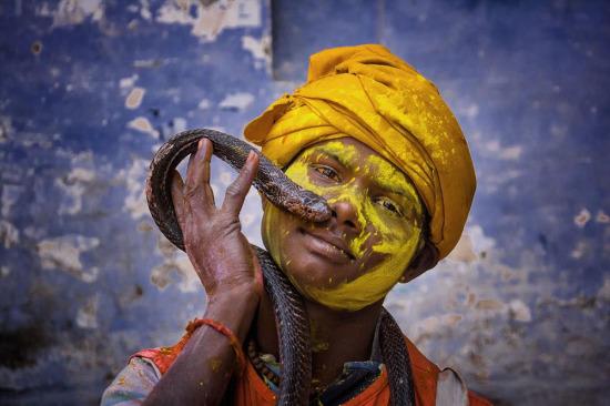 Yılanıyla poz veren Hintli adam