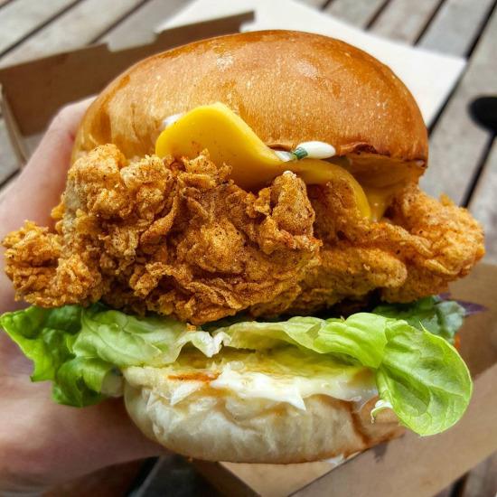 Adamlar kafam kadar tavuk burger yapmışlar