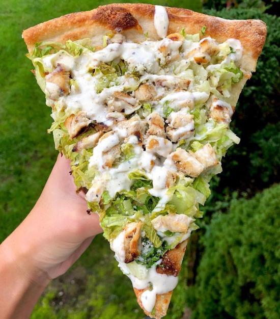 Tavuk salatalı pizza dilimi