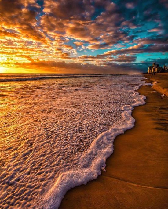 Kıyıya vuran dalgada köpük krema deseni