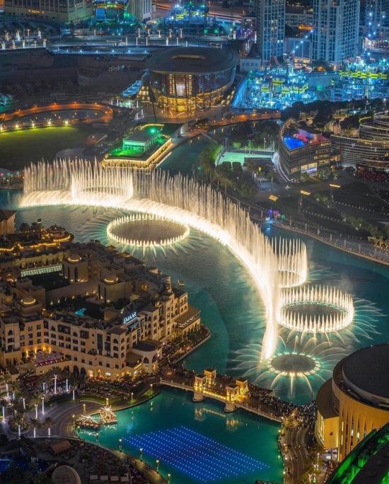 Işıklar arasında Dubai Çeşmesi