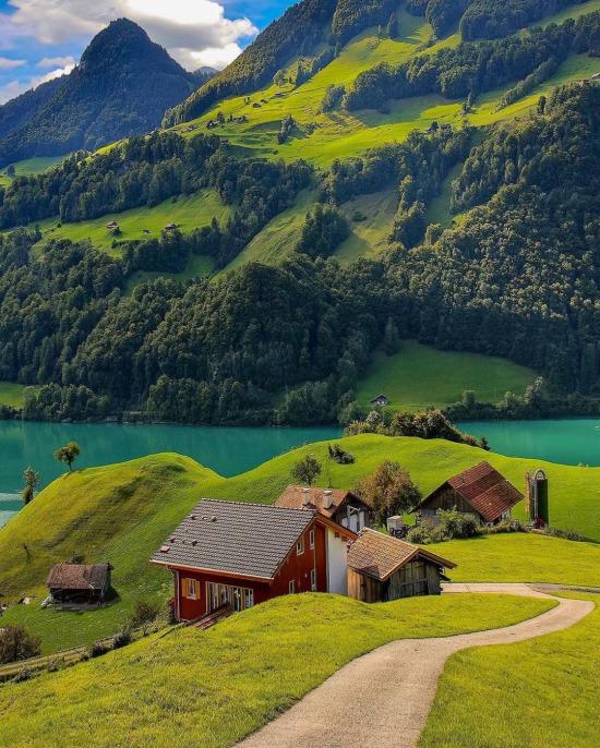 İsviçre'de şirin yeşil bir köy