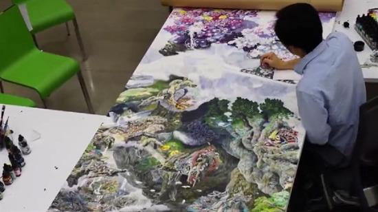Günde 10 saat harcayarak devasa tablo yaptı!