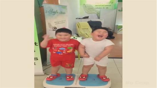 Titreşimli tombişler: İzlenme rekorları kıran ikiz kardeş