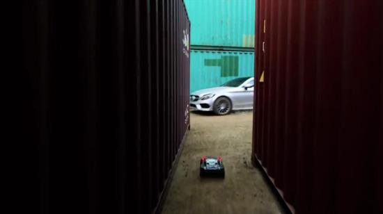 Mercedes, insan ve model araba yarışıyor!