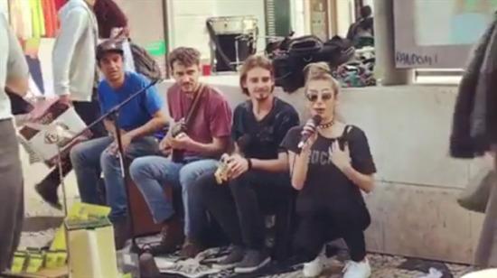İrem Derici, Lizbon'da sokak müzisyenleriyle birlikte şarkı söyledi