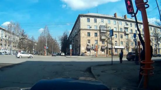Bozuk trafik ışığını düzeltmek isterken bakın ne yaptı?