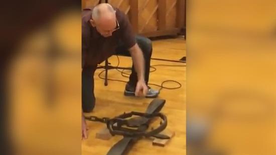 Yaşlı adamın yaptığı cesaret testi çığlıklarla izlendi!