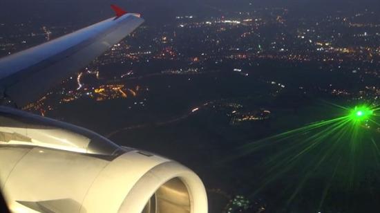 Havadaki uçağa lazerli saldırı!