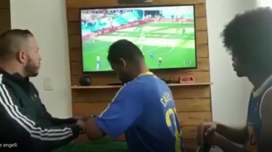 Görme ve işitme engelli arkadaşlarına Brezilya maçını anlatıyorlar