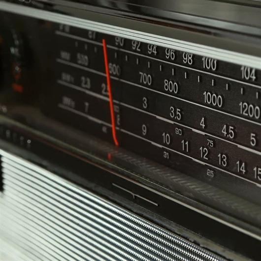 Sony, dünyanın ilk transistörlü radyosunun satışlarına Japonya'da başladı.