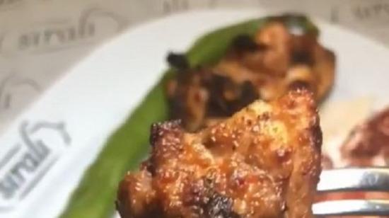 Özel soslu, kemikli tavuk şiş