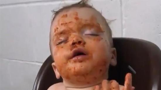 Uykuyla yemek arasında kalan bebek