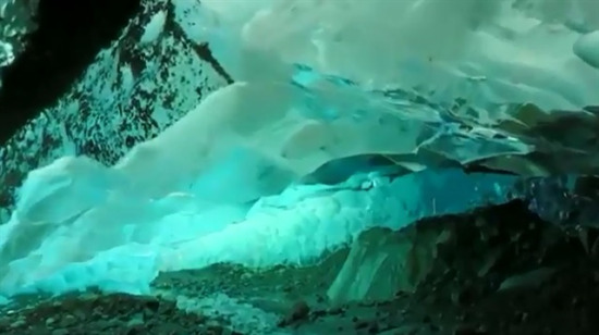 Alaska'da bir buzulun altı