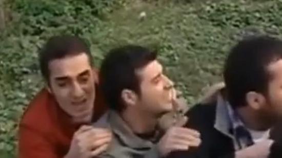 Çöp fırlatarak polise yardım eden Ali Kemal ve saz arkadaşları