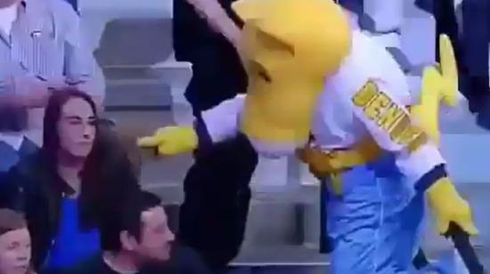 Çapkın maskot seyirci kıza gönlünü kaptırıyor